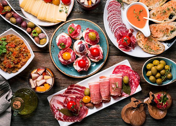 机に並ぶ様々な料理